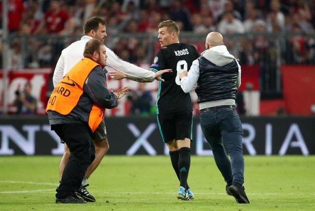 CĐV quá khích vào sân giằng áo Ribery, ôm hôn C.Ronaldo - 5