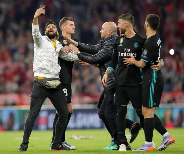 CĐV quá khích vào sân giằng áo Ribery, ôm hôn C.Ronaldo - 6