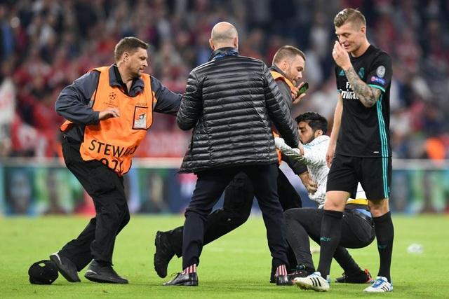 CĐV quá khích vào sân giằng áo Ribery, ôm hôn C.Ronaldo - 7