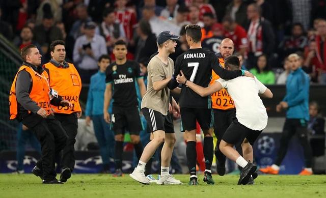 CĐV quá khích vào sân giằng áo Ribery, ôm hôn C.Ronaldo - 8