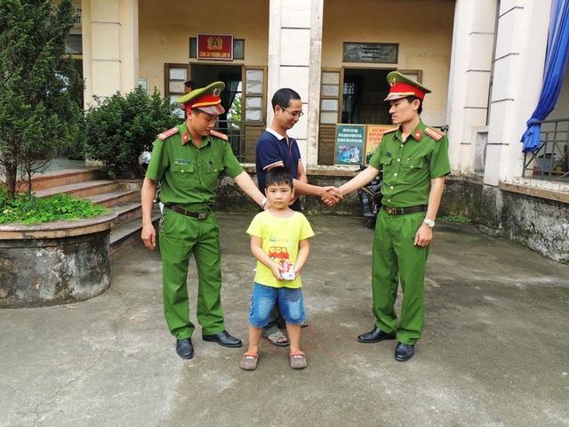 Công an phường Lam Hạ giúp cháu Nghĩa tìm lại được người thân sau khi đi lạc (ảnh: Công an Hà Nam)