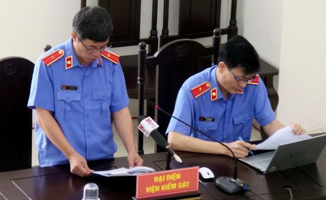 Đại diện Viện KSND Cấp cao tại Hà Nội công bố bản luận tội các bị cáo.