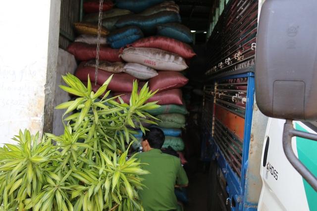 Cơ quan công an thu giữ khói lượng lớn hồ tiêu trộn tạp chất tại cơ sở bà Dung