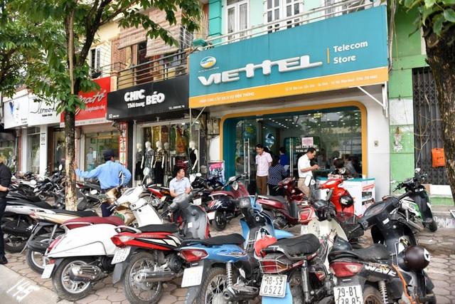 Cũng giống nhiều nhà mạng khác, điểm giao dịch của nhà mạng Viettel cũng luôn trong tình trạng quá tải.
