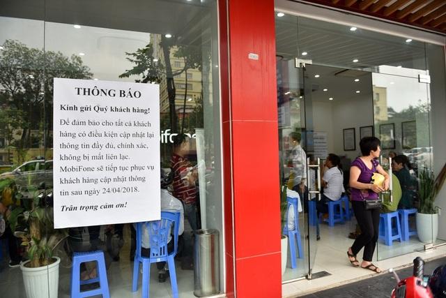 Nhà mạng MobiFone trên đường Nguyễn Chí Thanh (Hà Nội) vẫn quá tải dù đã dán thông báo vẫn tiếp tục cập nhật thông tin cá nhân sau ngày 24/4.