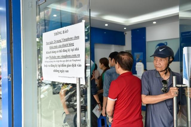 Nhà mạng Vinaphone dán hướng dẫn người dân cách tự cập nhật thông tin tại nhà nhằm giảm tải khách hàng đến đăng ký thông tin cá nhân tại cửa hàng giao dịch.