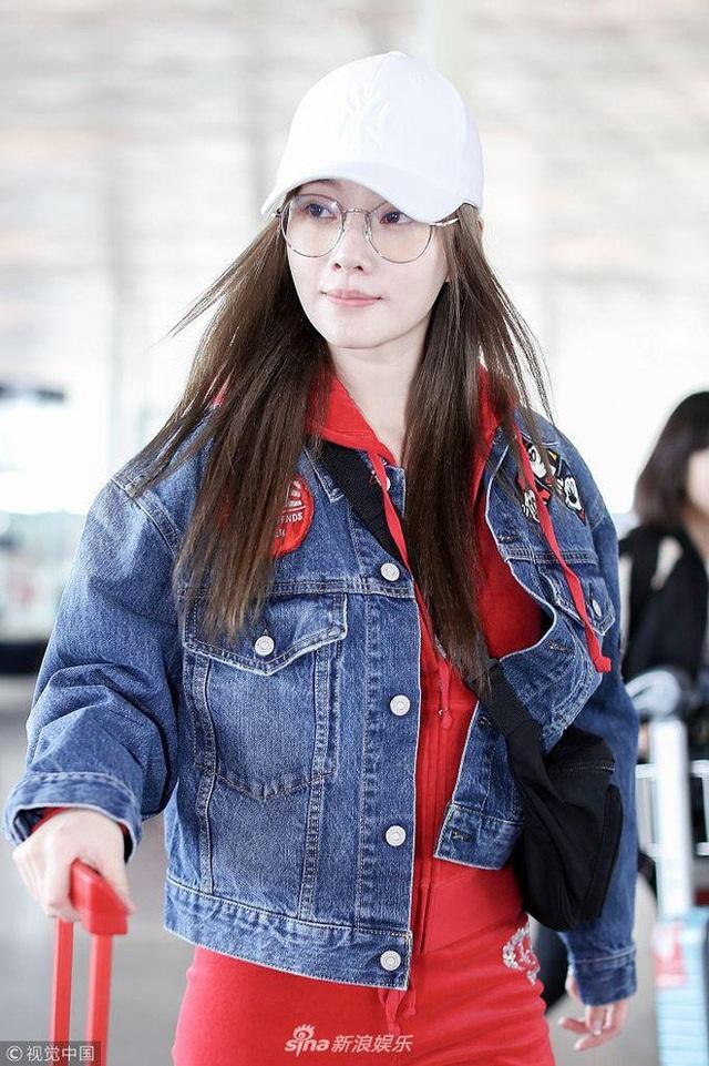 Lý Tiểu Lộ lộ diện tại sân bay Bắc Kinh, Trung Quốc, chiều 25/4. Đây là hình ảnh vui vẻ hiếm hoi của nữ diễn viên Trung Quốc kể từ khi cô bị tố ngoại tình với bạn thân của chồng và khiến hôn nhân của gia đình rơi vào sóng gió từ tháng 1/2018.
