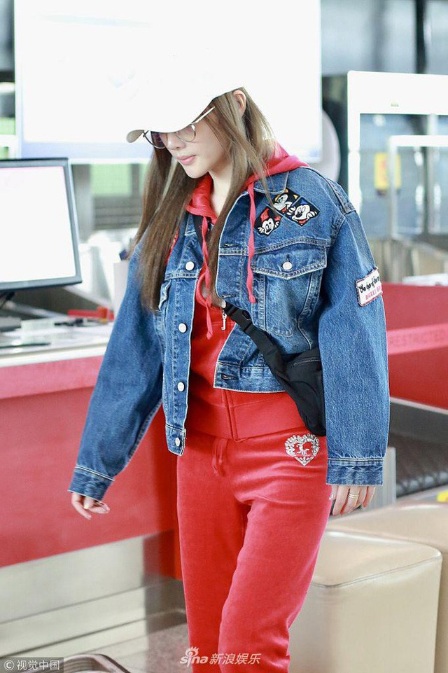 Xuất hiện tại sân bay Bắc Kinh, Lý Tiểu Lộ đi một mình. Cô diện trang phục thể thao sang chảnh và trang điểm nhẹ nhàng. Ngôi sao điện ảnh của Trung Quốc nổi bật tại sân bay.
