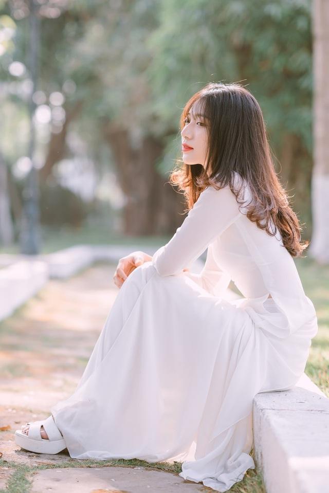 """Nữ sinh Nguyễn Ngọc Mỹ Huyền """"đốn tim"""" người xem trong bộ ảnh """"em về tinh khôi"""" với trang phục áo dài trắng duyên dáng, thướt tha. Đây cũng là những khoảnh khắc cô muốn lưu giữ để mai này dù thời gian trôi qua, khi nhìn lại vẫn có thể nở nụ cười vì thanh xuân đã từng tươi đẹp như thế!"""