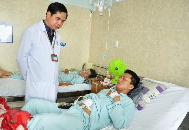 Bệnh nhân T.N.T đang được điều trị, phục hồi chức năng tại Bệnh viện đa khoa Đồng Nai. (Ảnh: Lê Xuân/TTXVN)