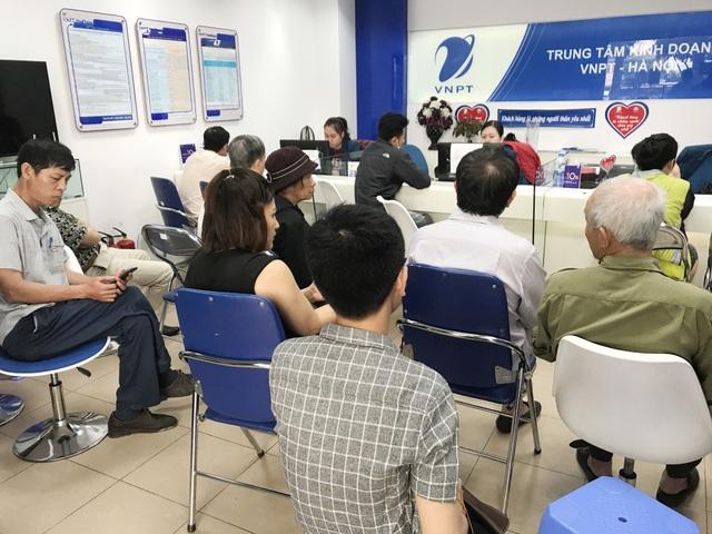 Một cơ sở của Vinaphone trên đường Huỳnh Thúc Kháng, Hà Nội ghi nhận lượng khách đáng kể đang chờ đợi.