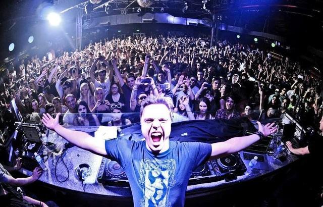 Ngôi sao dòng nhạc EDM Markus Schulz 4 năm liền nằm trong top 10 DJ Mag (2008 - 2011). Anh hai lần được vinh danh là DJ số 1 của Mỹ theo tạp chí uy tín DJ Times.