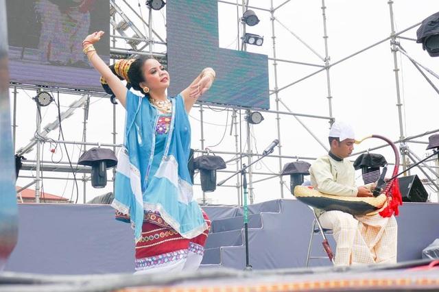 Hình 4: Các nghệ sỹ Myanmar biểu diễn tại lễ hội