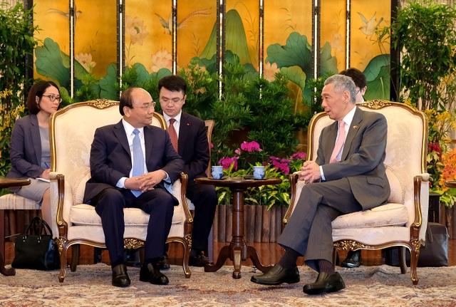 Thủ tướng Nguyễn Xuân Phúc và Thủ tướng Singapore Lý Hiển Long trao đổi tại cuộc gặp gỡ ngày 25/4