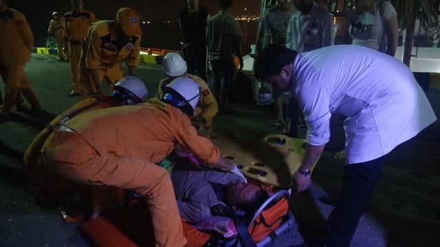 Thuyền viên Phan Văn Giỏi được đưa vào đất liền và chuyển đến bệnh viện tiếp tục điều trị