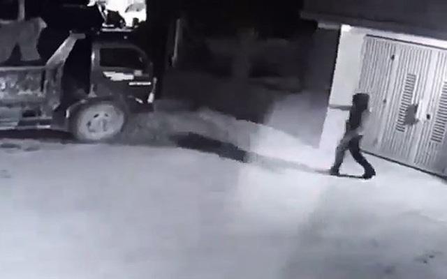 Kẻ lạ mặt táo tợn đốt xe.