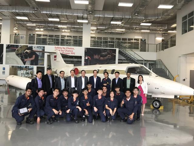 Bộ trưởng Đào Ngọc Dung chụp ảnh với Lãnh đạo, giáo viên và học sinh, sinh viên khoa Kỹ thuật Hàng không, Viện Giáo dục Kỹ thuật Singapore