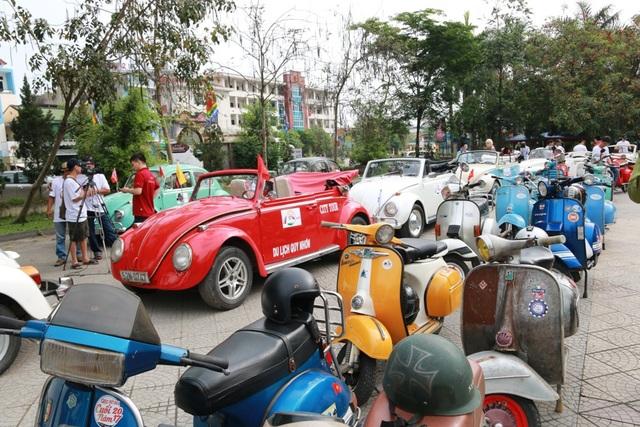 Các xe cổ tập trung tại Trung tâm Văn hóa Thông tin tỉnh Thừa Thiên Huế