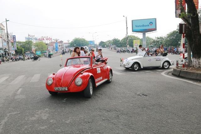Đoàn xe cổ diễu hành qua tuyến đường Trần Hưng Đạo
