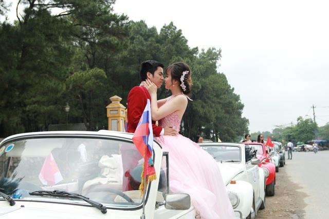 Một cặp đôi chụp hình cưới khi đoàn xe dừng tại Đàn Nam Giao (Tp Huế)