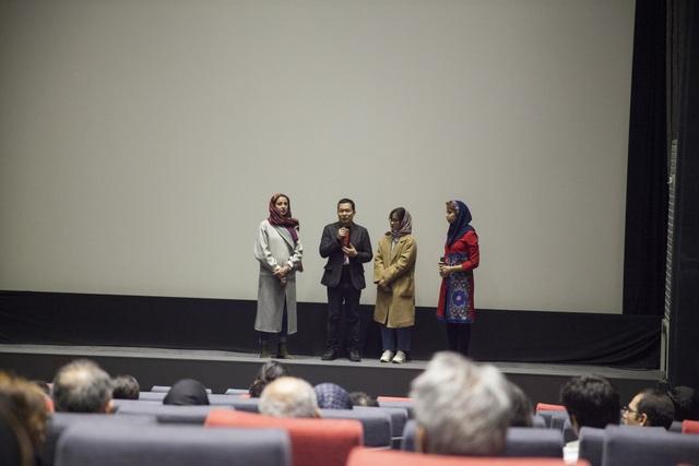 Đạo diễn Lương Đình Dũng phát biểu tại LHP Quốc tế Iran lần thứ 36.