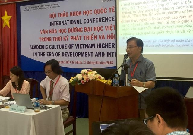 GS.TSKH Trần Ngọc Thêm phát biểu tại hội thảo