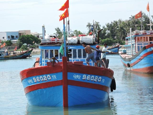 Nhiều tàu cá của ngư dân Lý Sơn về bến để hòa cùng niềm vui trong những ngày tháng 4 lịch sử