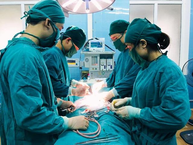 Vừa qua, các bác sỹ BVUB Nghệ An phẫu thuật thành công khối u xơ tử cung nặng 7,5kg. (Ảnh: BVUB)