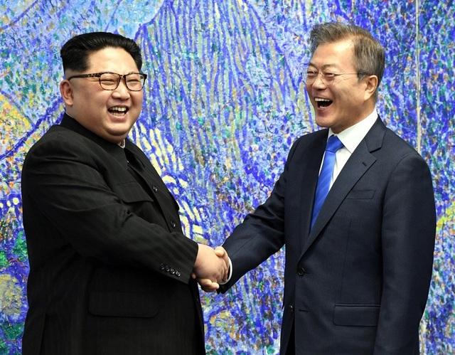 Nhà lãnh đạo Triều Tiên Kim Jong-un hài hước để tạo không khí thân thiện trong cuộc gặp thượng đỉnh với Tổng thống Hàn Quốc Moon Jae-in. (Ảnh: Reuters)