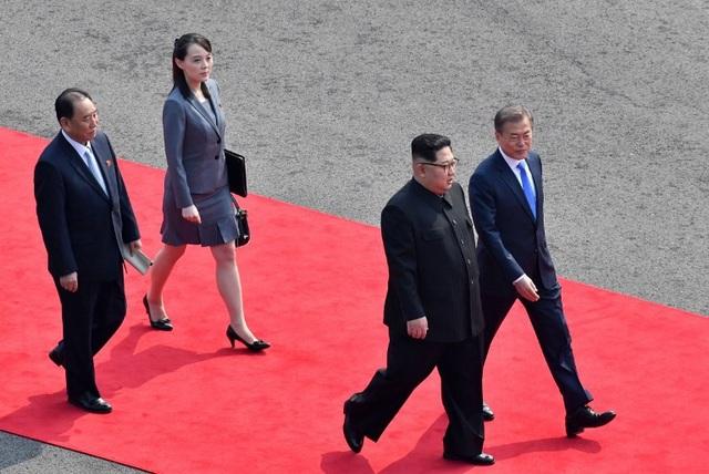 Bà Kim Yo-jong bước trên thảm đỏ trong lễ đón nhà lãnh đạo Triều Tiên Kim Jong-un tại làng đình chiến Bàn Môn Điếm ở biên giới liên Triều. (Ảnh: AFP)