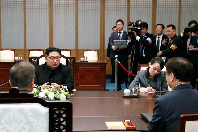 Bà Kim chăm chú ghi chép trong khi phái đoàn Hàn Quốc và Triều Tiên thảo luận tại phòng họp. (Ảnh: AFP)