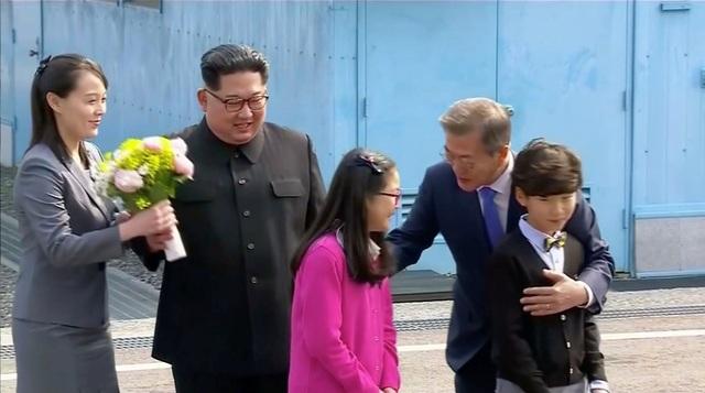Bà Kim Yo-jong luôn theo sát ông Kim Jong-un trong các hoạt động sáng nay. (Ảnh: Reuters)