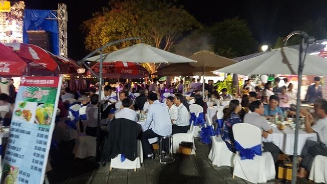 Hàng ngàn người dân, du khách đến thưởng thức các món ăn ngon