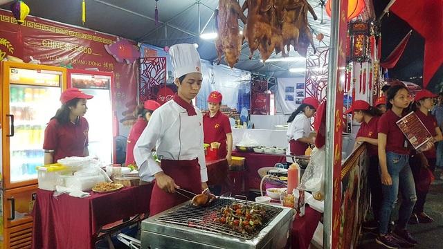 Gian hàng đồ Trung Quốc với Vịt quay nổi tiếng