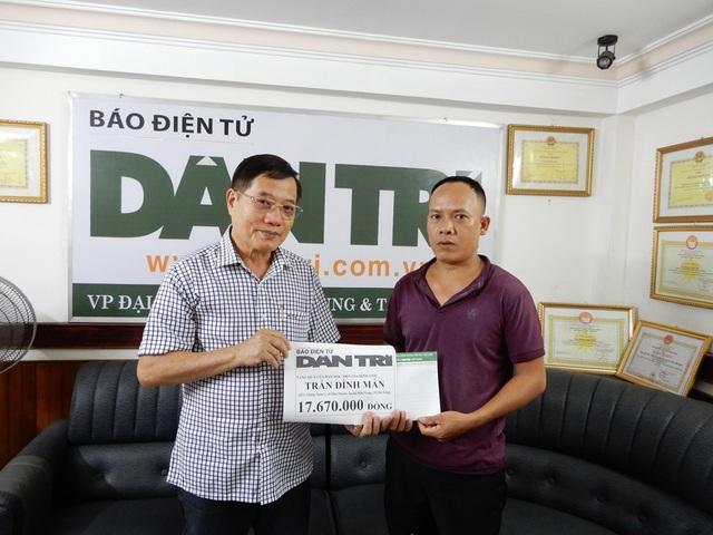 Nhà báo Nguyễn Đình Hòa – Trưởng đại diện VP báo Dân trí tại Đà Nẵng trao tiền cho anh Trần Đình Mẫn