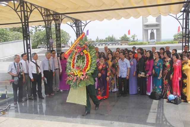 Các cựu nhà giáo đặt vòng hoa viếng các liệt sĩ