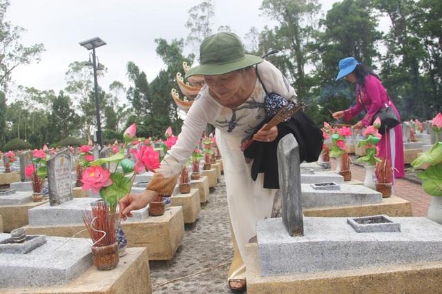 Các cựu nhà giáo thắp hương lên phần mộ các liệt sĩ ở nghĩa trang