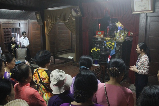 Các cựu nhà giáo đến dâng hương tại nhà lưu niệm cố Tổng bí thư Lê Duẩn