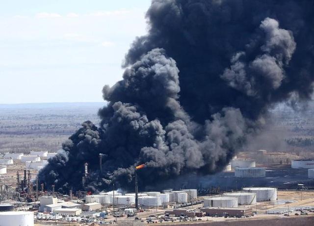 Khói đen bốc lên mù mịt sau vụ nổ tại nhà máy lọc dầu ở Winconsin (Ảnh: Reuters)