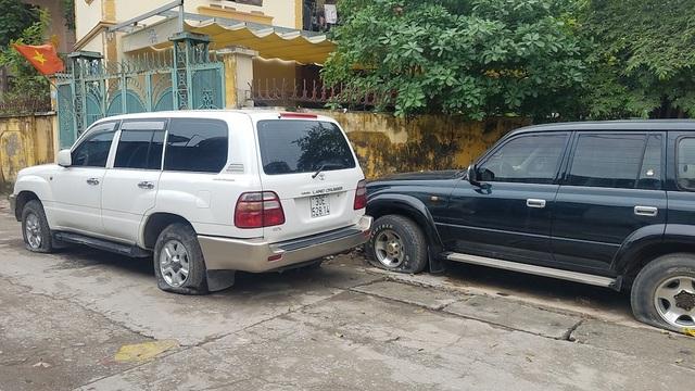 Xe bị chọc thủng lốp đỗ ở nhiều điểm khách nhau quanh khu chung cư.