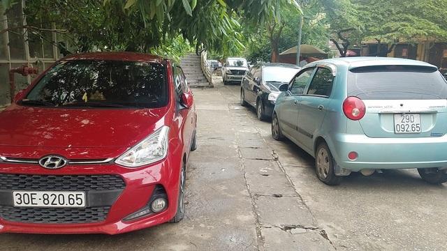 Ba chiếc ô tô đỗ liền nhau đều bị chọc thủng lốp. Trong đó chiếc xe màu đỏ bị chọc thủng 4 lốp, còn hai xe kia mỗi xe bị chọc thủng 3 lốp.