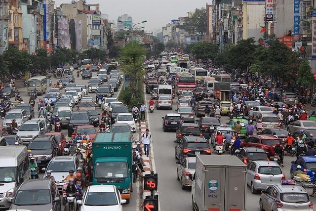 Hà Nội: Tắc kinh hoàng khi người dân đổ về quê nghỉ lễ - 1