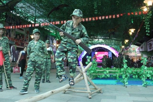 Các chiến sĩ cần phát huy hết khả năng nhanh nhẹn, khéo léo, đoàn kết để vượt qua thử thách.