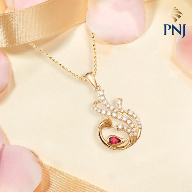30 viên kim cương cùng viên Ruby giọt lộng lẫy, uyển chuyển như vũ điệu đầy quyến rũ của Phượng hoàng cùng ánh lửa tái sinh rực rỡ.