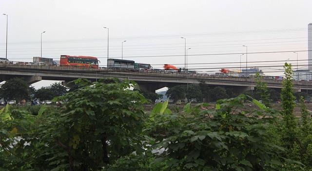 Đường cao tốc trên cao hướng từ Bến xe Nước Ngầm vào trung tâm thành phố, các phương tiện cũng bị ùn tắc cục bộ, các xe nối đuôi nhau thành hàng dài
