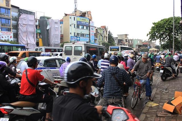 Hà Nội: Tắc kinh hoàng khi người dân đổ về quê nghỉ lễ - 6