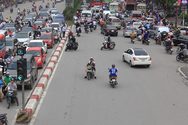 Trước cảnh tượng ùn tắc kinh hoàng, nhiều người đã bất chấp nguy hiểm đi ngược chiều tuyến đường