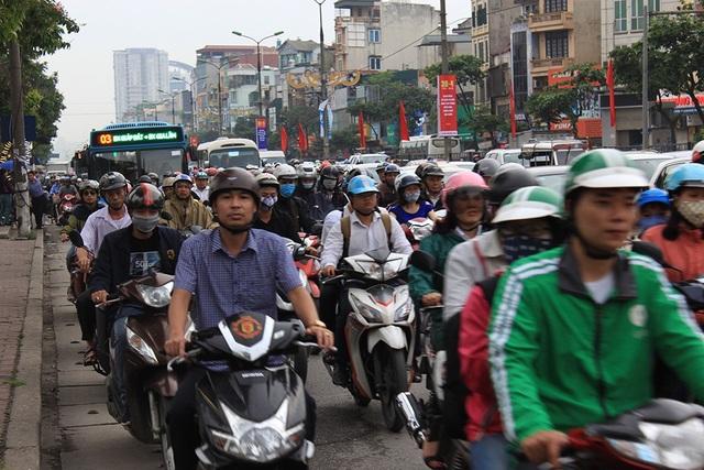 Hà Nội: Tắc kinh hoàng khi người dân đổ về quê nghỉ lễ - 9