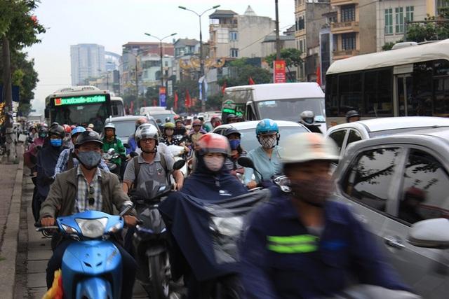 Đường Giải Phóng hướng đi Bến xe Giáp Bát - Bến xe Nước ngầm cũng rơi vào tình trạng ùn tắc cục bộ.