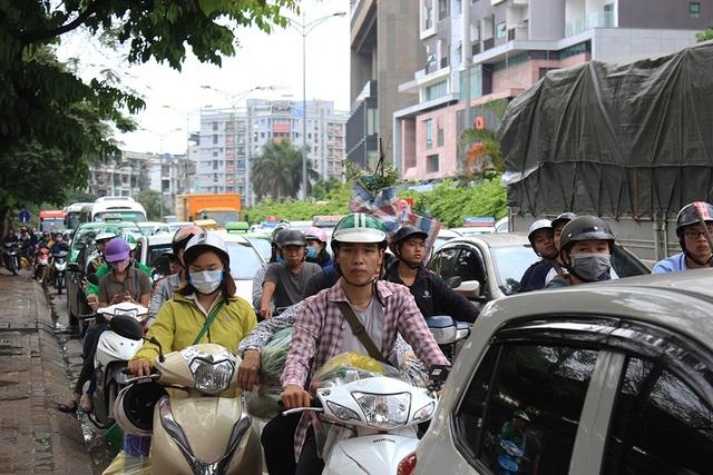 Con đường ngay sát bến xe Mỹ Đình trong đầu giờ chiều nay rơi vào tình trạng ùn tắc cục bộ do lưu lượng xe khách tăng lên.